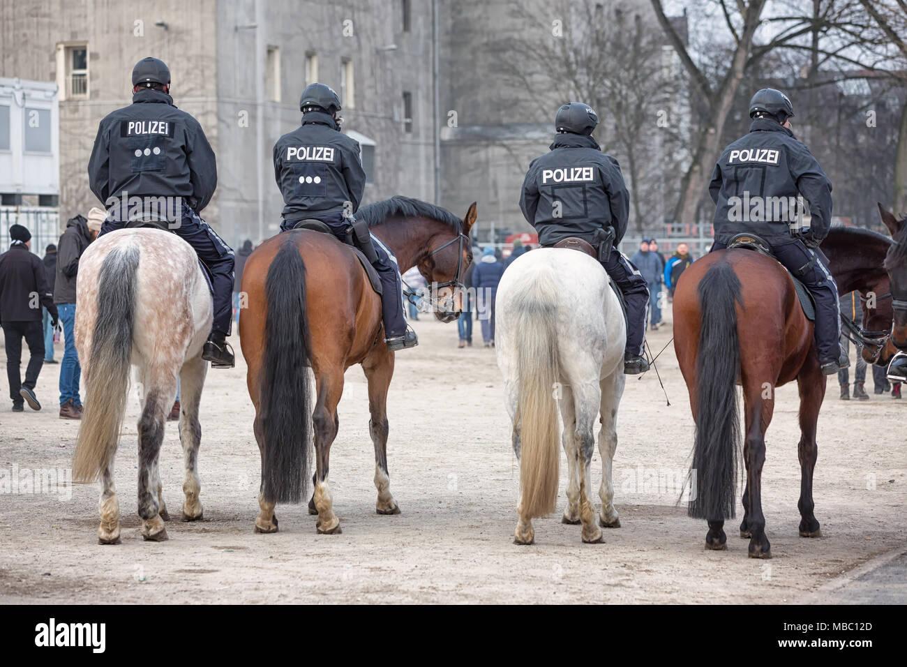 Reiterstaffel der Polizei auf dem Heiligengeistfeld in Hamburg nach dem Zweitligaspiel FC St. Pauli gegen Dynamo Dresden - Stock Image