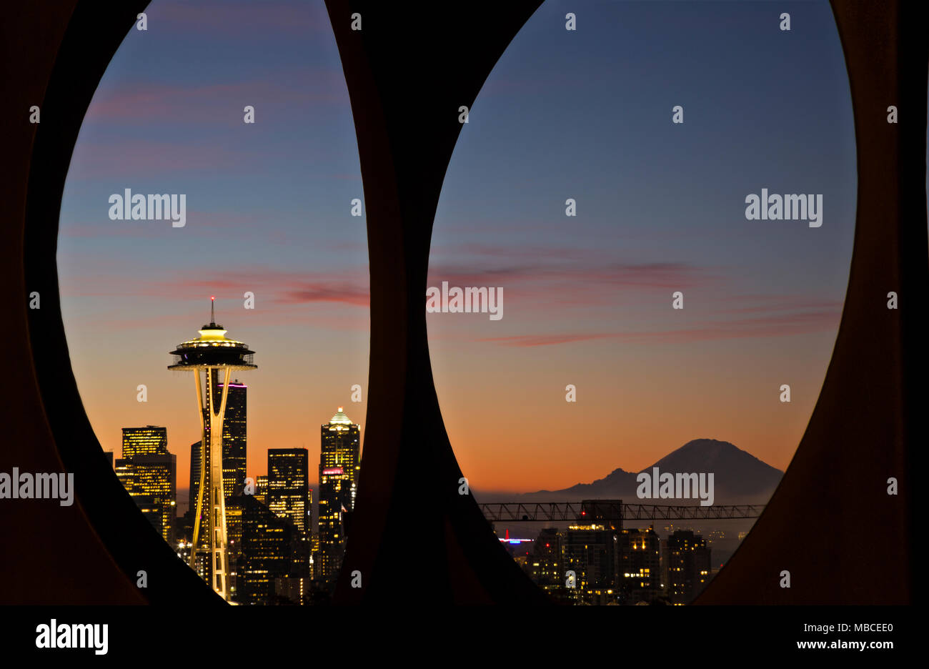 WA15080-00...WASHINGTON - Sunrise over Seattle and Mount Rainier viewed through the Changing Form sculpture located in Kerry Park on Queen Anne Hill. - Stock Image