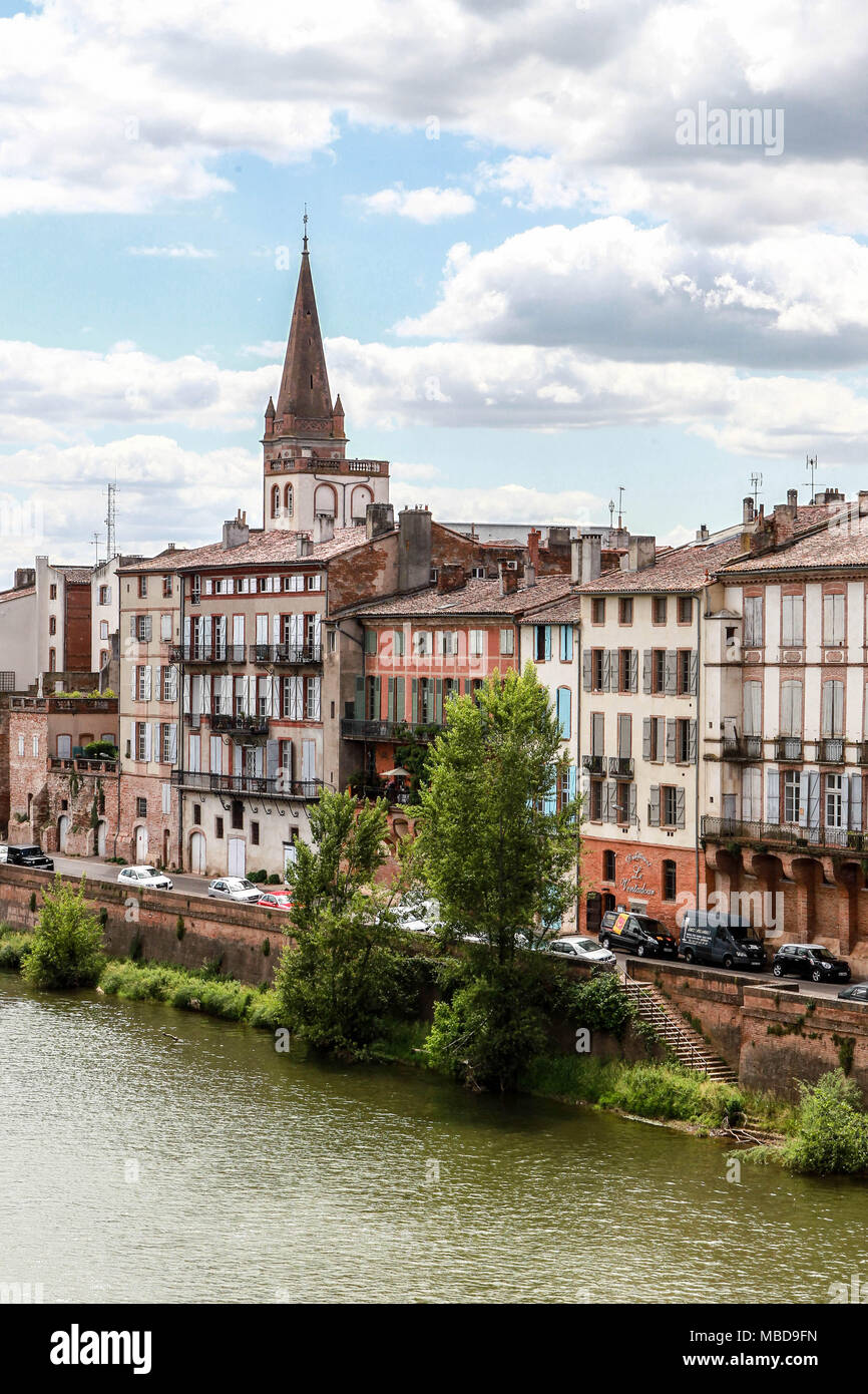Montauban (south-western France): buildings along the quay 'quai Villebourbon' on the banks of the Tarn River. In the background, the Church of Saint- - Stock Image