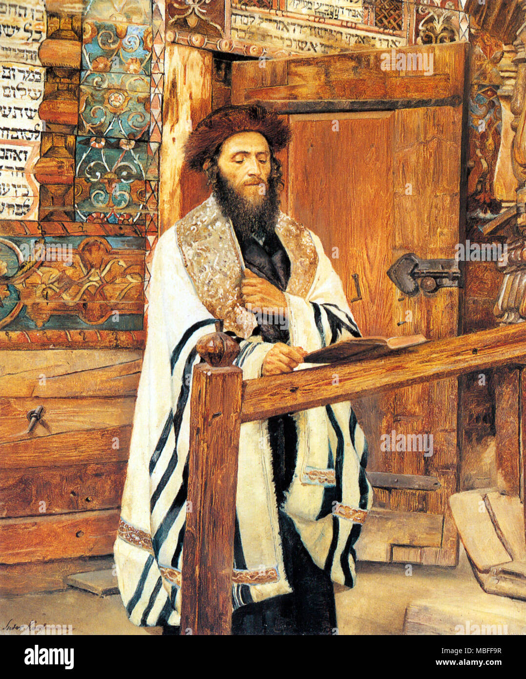 Rabbi in front of the wooden synagogue jablonow - Stock Image