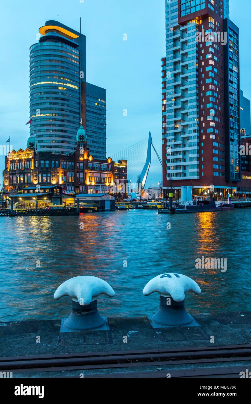 Die Skyline von Rotterdam, an der Nieuwe Maas, Fluss, Hochhäuser am 'Kop van Zuid' Stadtteil, Niederlande, Gebäude der ehemaligen Holland Amerika Lijn - Stock Image