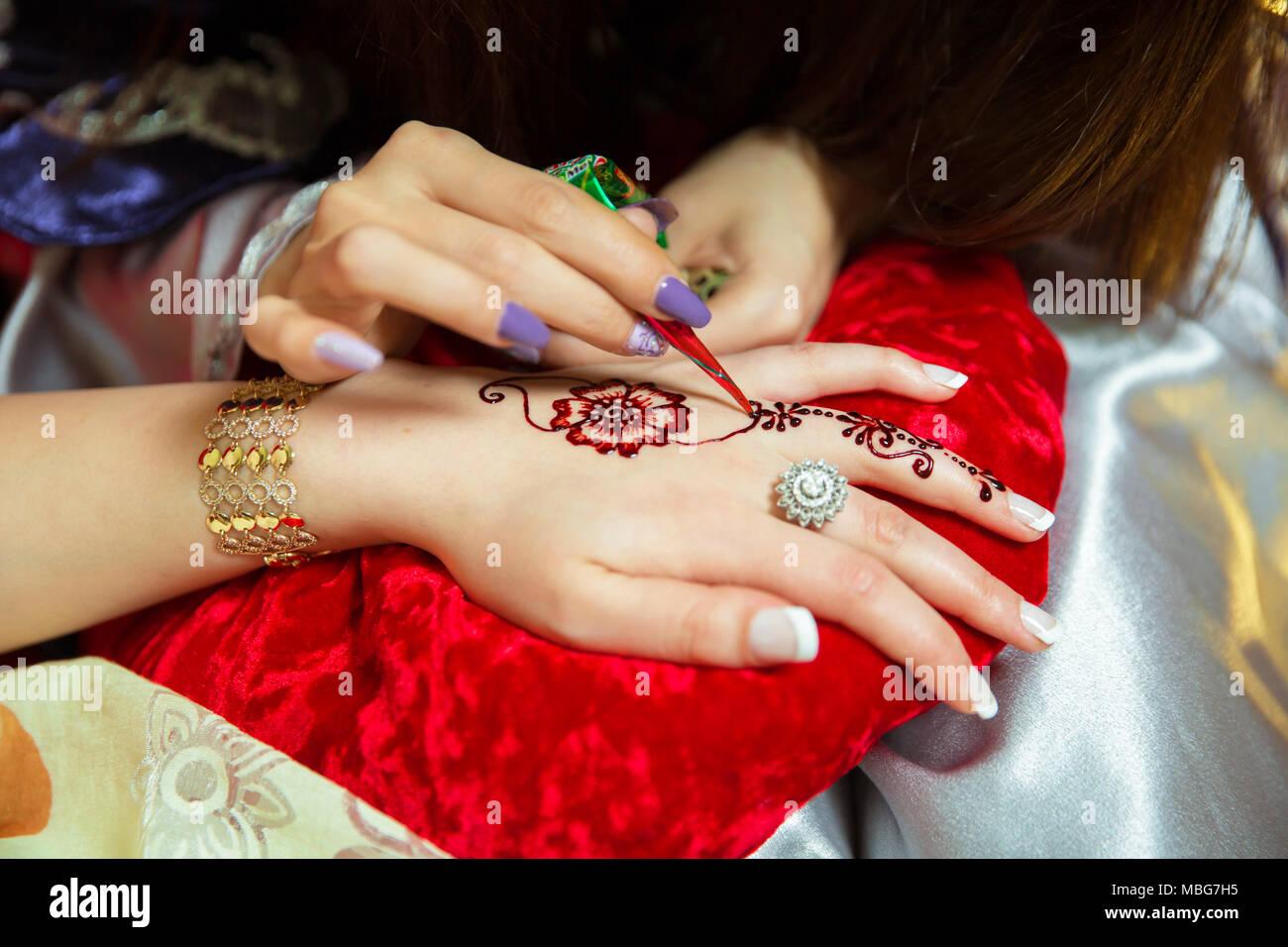 Henna Design Tattoo Women Applying Flowers Henna Tattoo On Women