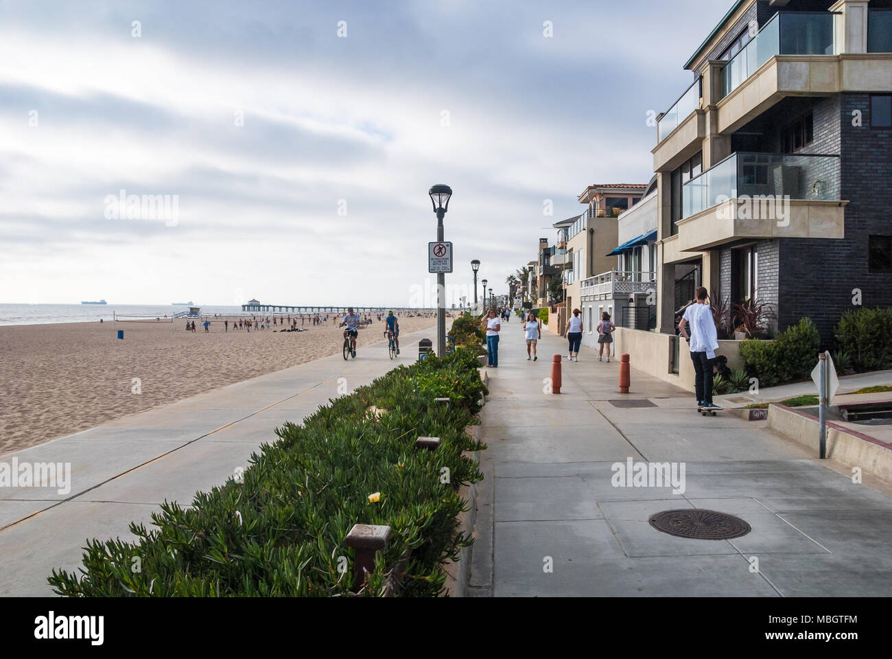 People enjoying The Strand at Manhattan Beach in Los Angeles County, California. (USA) - Stock Image