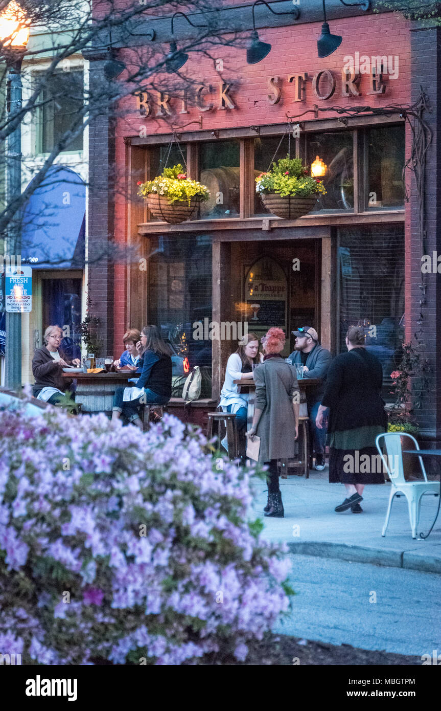 People enjoying a spring evening outside the Brick Store Pub at Decatur Square in downtown Decatur, Georgia. (USA) - Stock Image