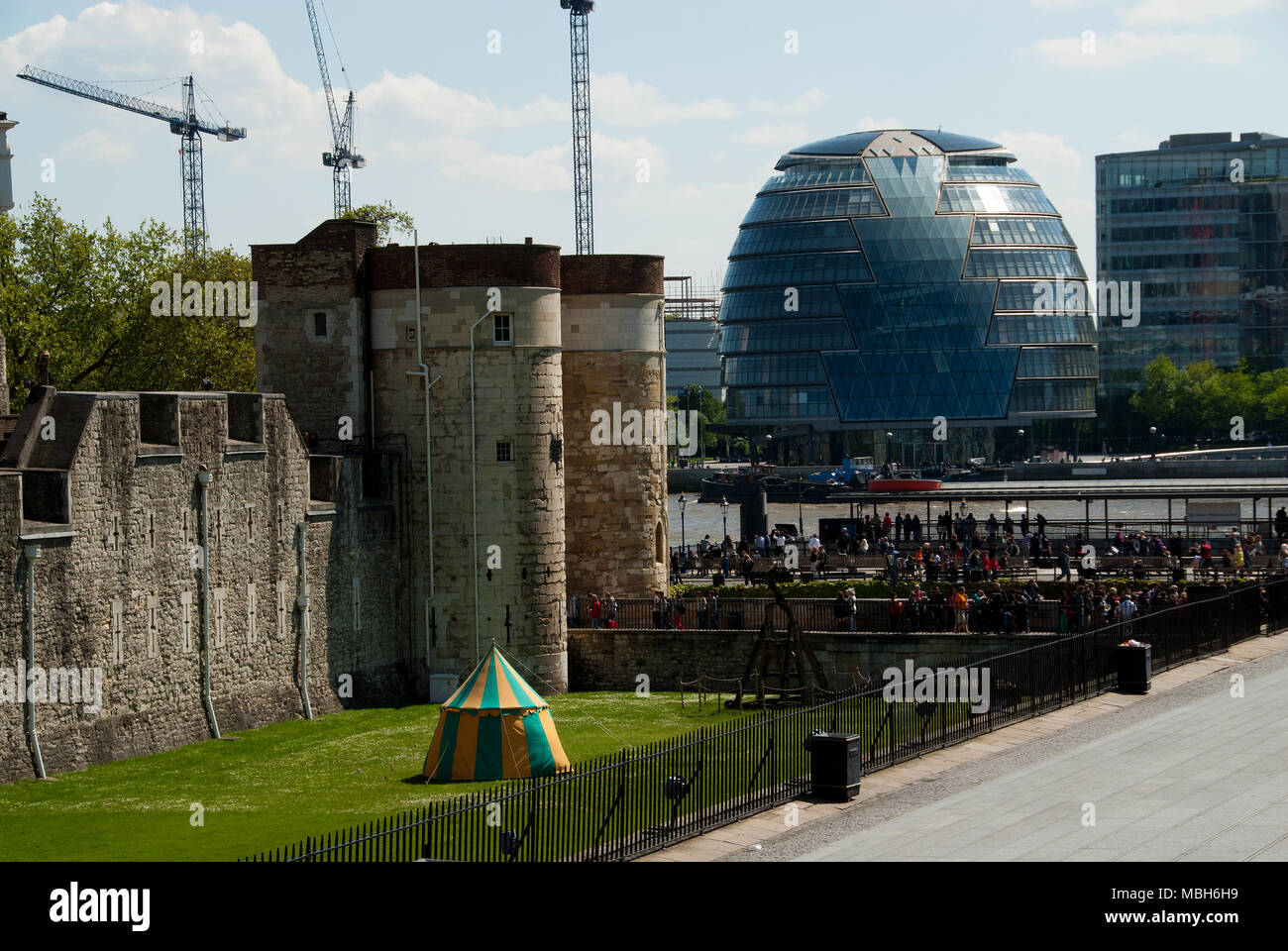 View of the new city hall and the  tower of London shot from the north bank of the Thames - Stock Image