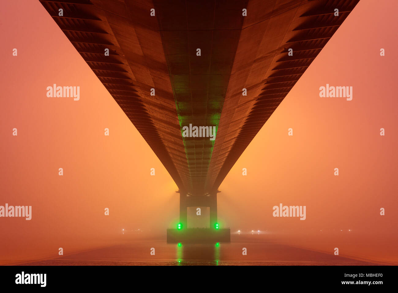 Barton-upon-Humber, North Lincolnshire, UK. 10th April 2018. UK Weather: The Humber Bridge shrouded in mist. Credit: LEE BEEL/Alamy Live News - Stock Image