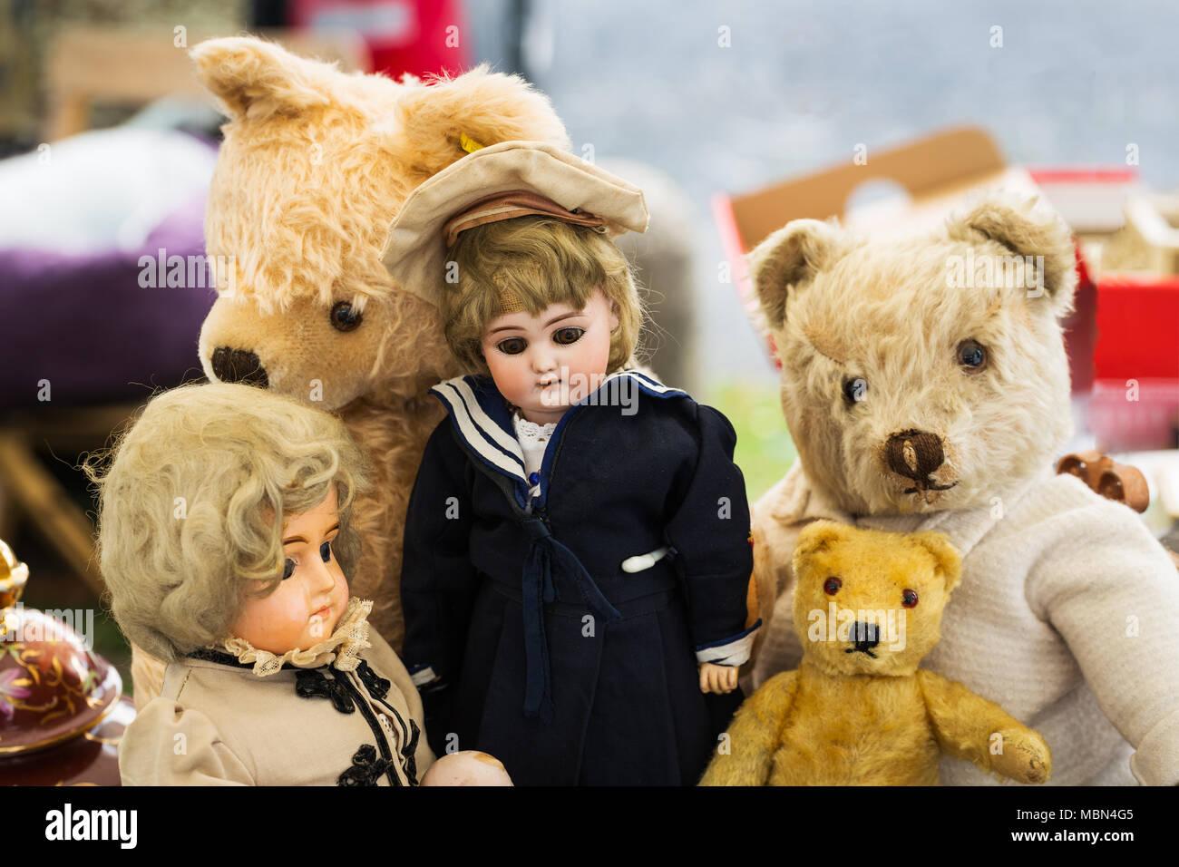 Teddies and dolls at flea market - Stock Image