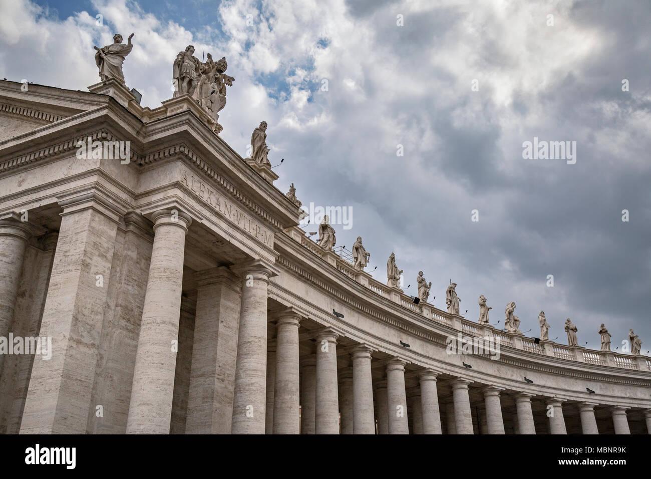 Bernini's Colonnades in (Piazza San Pietro - Città del Vaticano) St Peter's Square, Vatican city, Rome, Italy. Consisting of 284 stone columns and 88  - Stock Image
