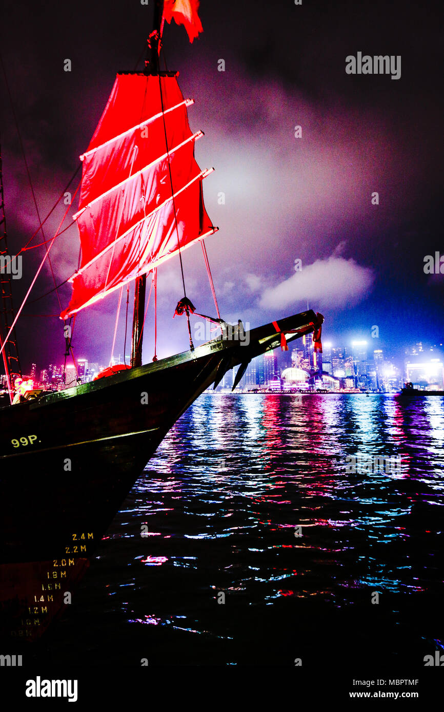A traditional Junk anchoring in Victoria Harbour, Hong Kong - Stock Image