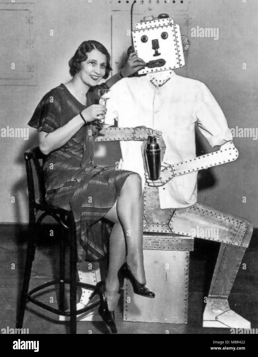 ROBOT BARMAN  An early 1930s impression of what robots might do. - Stock Image