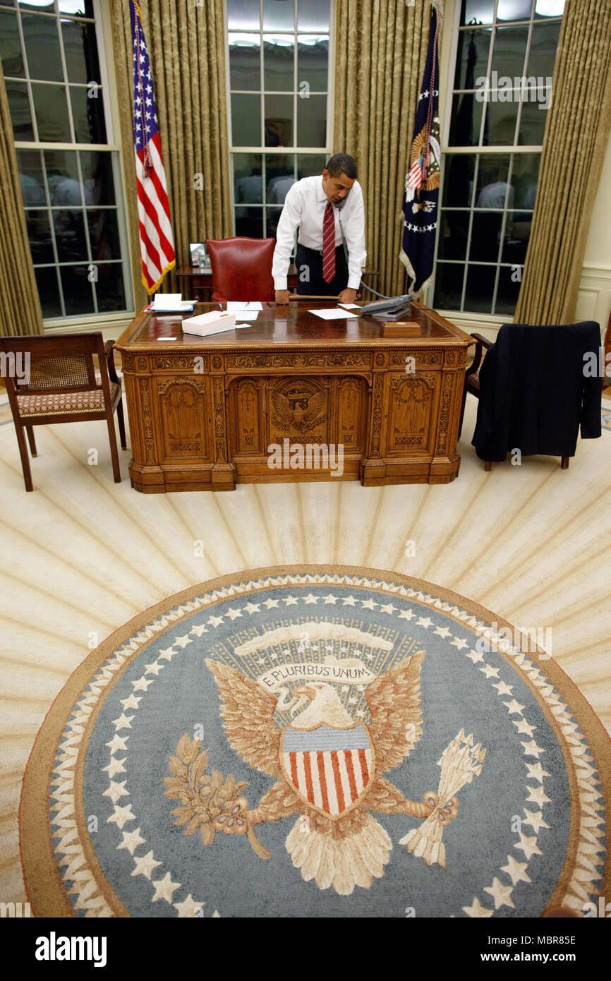 oval office carpet. President Barack Obama In The Oval Office 1/30/09. Official White House Carpet