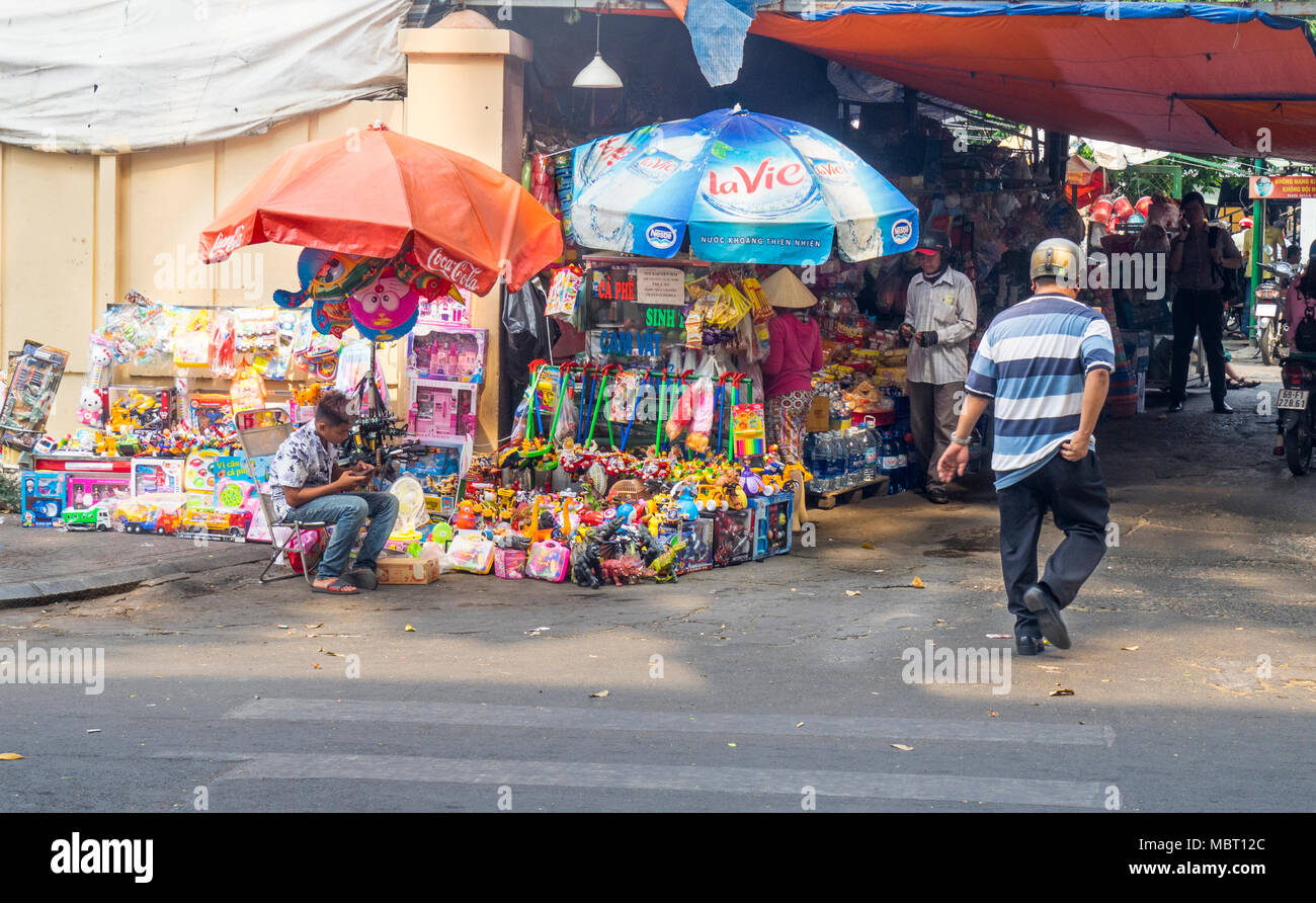 Stalls selling toys at the entrance to Benh vien Nhi Dong 2, Children's Hospital 2, in Ho Chi Minh City, Vietnam. - Stock Image
