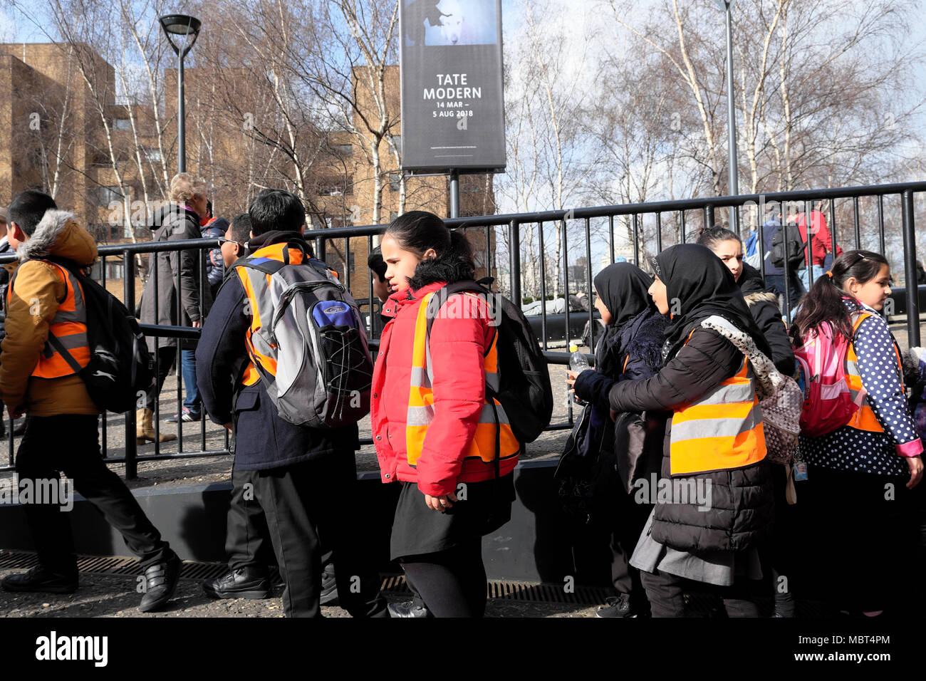 Group of British primary schoolchildren kids visiting the Tate Modern art gallery at Bankside in South London, England UK  KATHY DEWITT - Stock Image