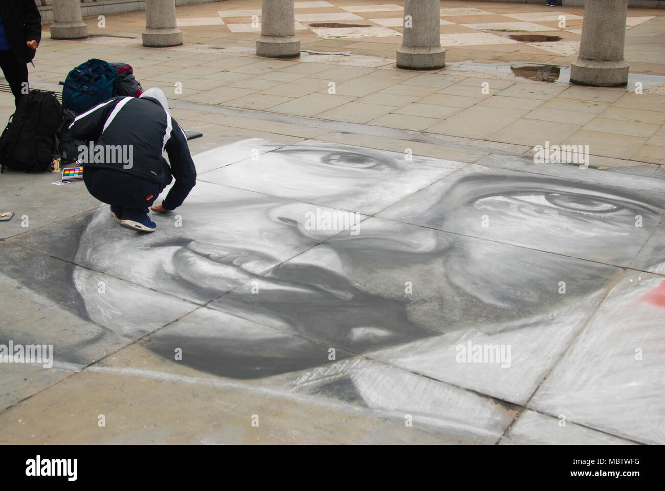LONDON, UK - Marc 2018.a man who draws a portrait on the asphalt. day of wekeend. Editoria Image. - Stock Image