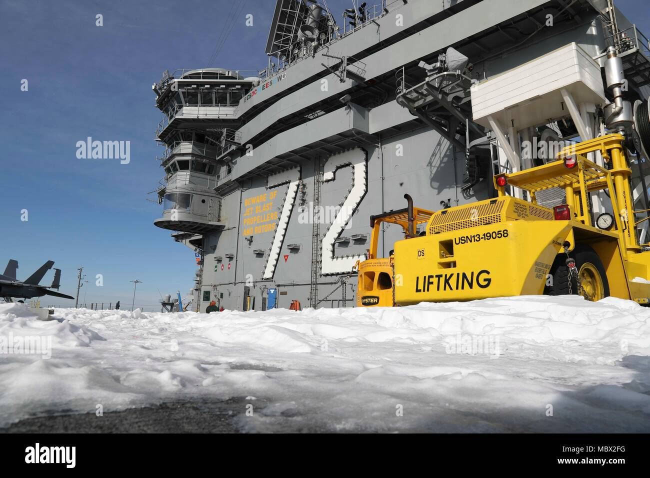 180108-N-MW275-021 NORFOLK (Jan. 8, 2017) Snow sits on the flight deck of the Nimitz-class aircraft carrier USS Abraham Lincoln (CVN 72). (U.S. Navy photo by Mass Communication Specialist 3rd Class Cody Anderson/Released) - Stock Image