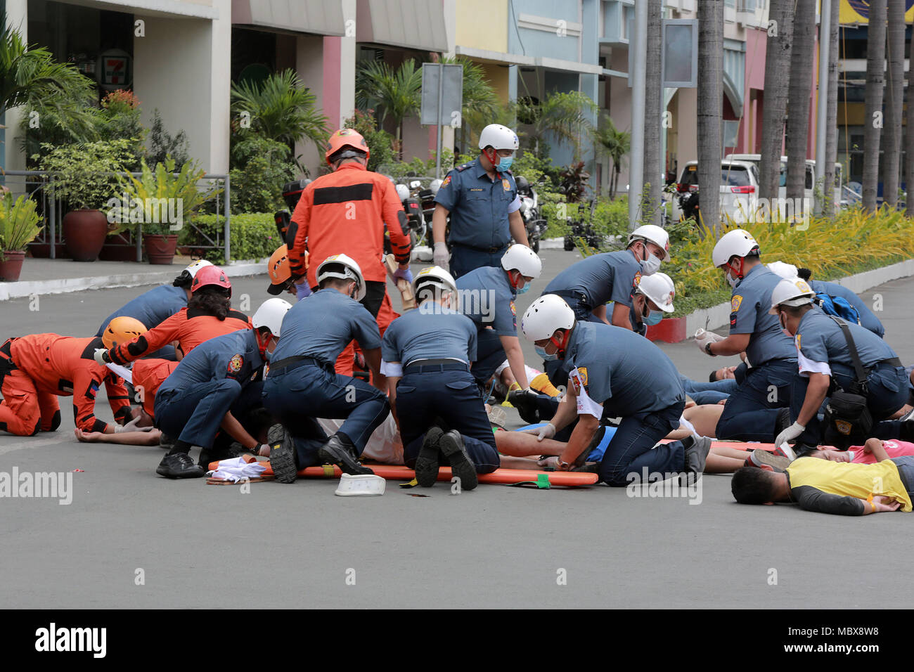 Quezon City, Philippines. 12th Apr, 2018. Members of the Special Weapons and Tactics of the Philippine National Police (PNP-SWAT) participate in a simulation exercise at the Anti-Terrorism and Crisis Management in Quezon City, the Philippines, April 12, 2018. The PNP and the Armed Forces of the Philippines conducted the anti-terrorism drill to show their capabilities in coping with threats of terrorism, hostage-taking, and bomb crises. Credit: Rouelle Umali/Xinhua/Alamy Live News - Stock Image
