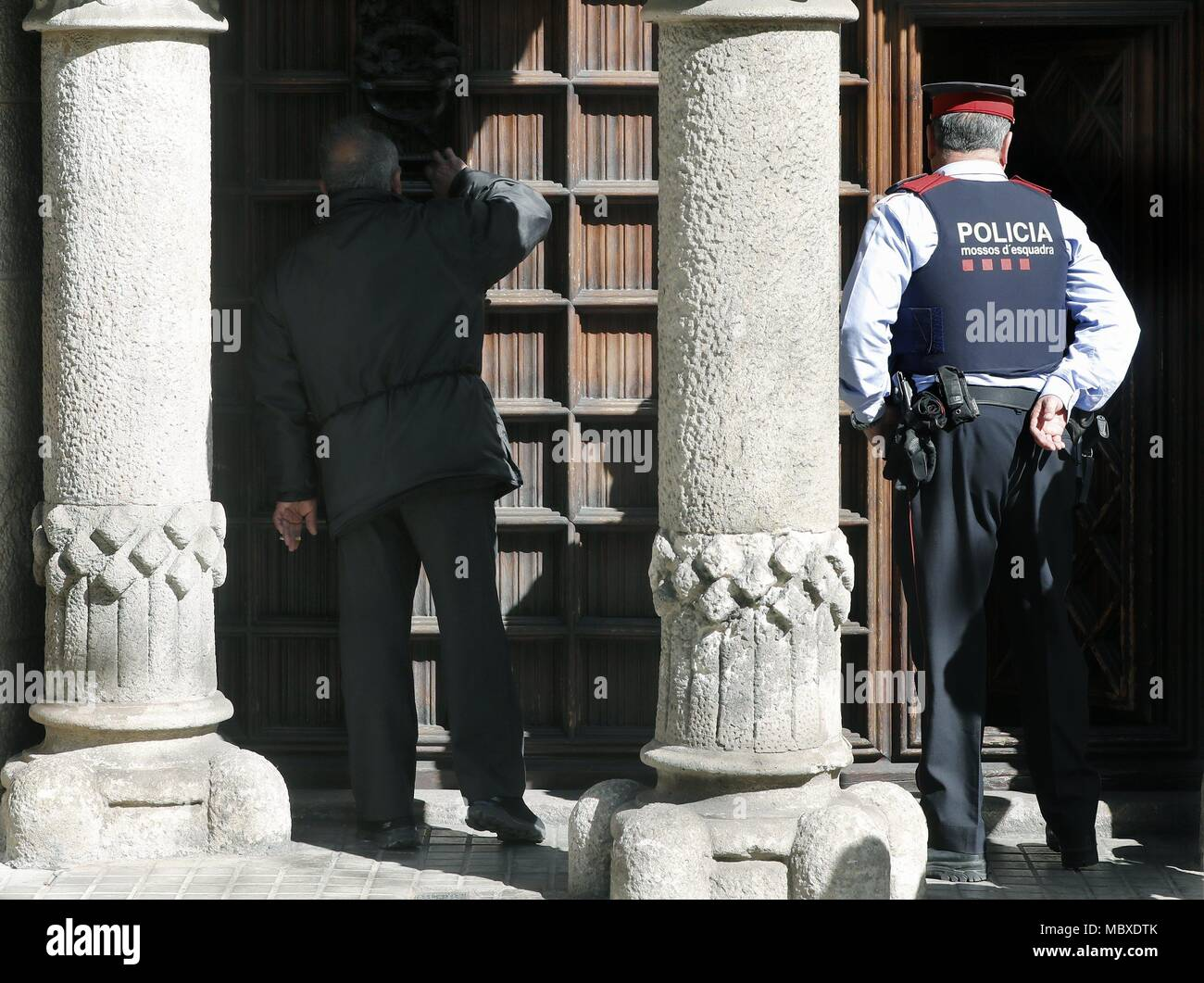 Barcelona, Spain. 12th Apr, 2018. A Mosso d'Esquadra officer arrives for a police search at the Council of Public Diplomacy of Catalonia (Diplocat) in response to an order issued by the judge investigating the preparations for the illegal Catalan independence referendum held on 01 October, in Barcelona, northeastern Spain, 12 April 2018. Credit: Andreu Dalmau/EFE/Alamy Live News Stock Photo