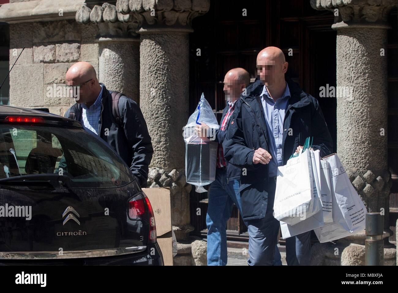 Barcelona, Spain. 12th Apr, 2018. Spanish Guardia Civil members leave with evidence after a police search at the Council of Public Diplomacy of Catalonia (Diplocat) in response to an order issued by the judge investigating the preparations for the illegal Catalan independence referendum held on 01 October, in Barcelona, northeastern Spain, 12 April 2018. Credit: QUIQUE GARCIA/EFE/Alamy Live News Stock Photo