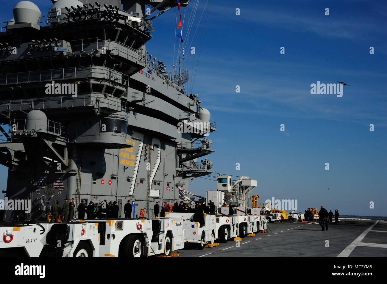 180126-N-ON904-0031 NORKOLK (Jan. 26, 2018) The Nimitz-class aircraft carrier USS Abraham Lincoln (CVN 72) pulls away from the pier. (U.S. Navy photo by Mass Communication Specialist Seaman Ashley M.C. Estrella/Released) - Stock Image