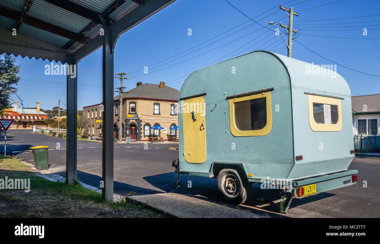 quaint old caravan parked in Pym Street in the historic village of Millthorpe, Central West New South Wales, Australia - Stock Image