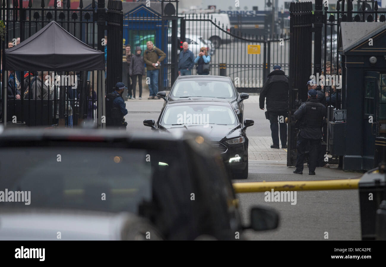 Downing Street, London, UK. 12 April 2018. Government ministers called to Downing Street from recess for a special cabinet meeting discussing response to chemical attack in Syria. Ministerial cars arriving. Credit: Malcolm Park/Alamy Live News. - Stock Image