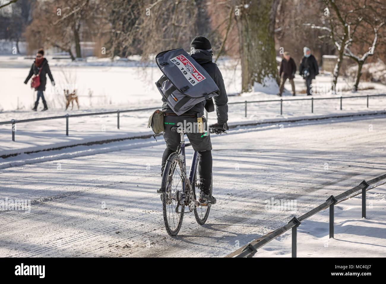 Radkurier im Winter Stock Photo