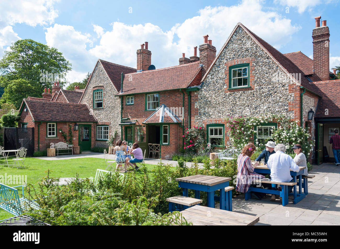 Beer garden at 19th century Stag & Huntsman Pub, Hambleden, Buckinghamshire, England, United Kingdom - Stock Image