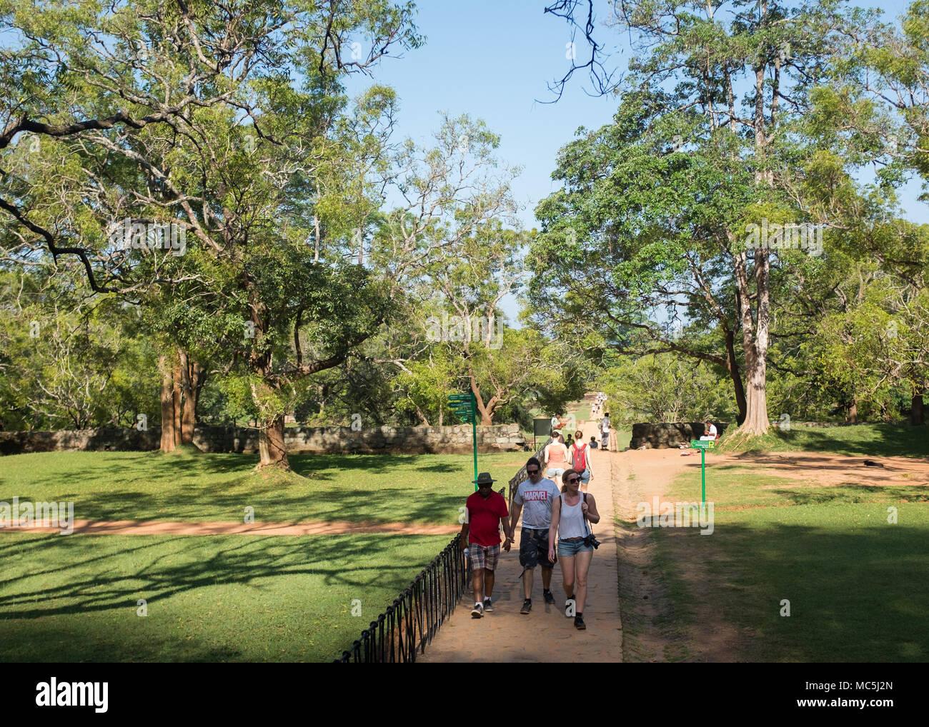 Tourists on the way to Sigiriya Rock Fortress (Lion Rock), UNESCO World Heritage Site, Sigiriya, Cultural Triangle - Stock Image