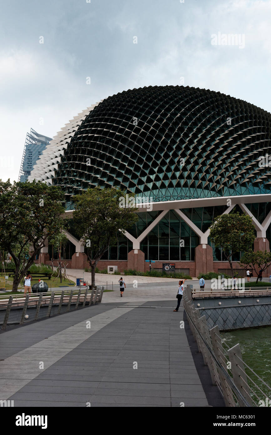 The 'Durian' - the many faceted roof of the Esplanade Singapore Opera house on Marina Bay from the Silver Jubilee Bridge - Stock Image