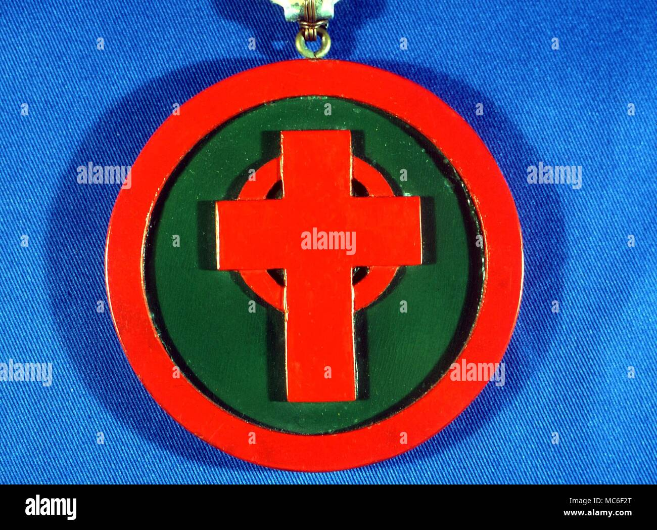 ROSICRUCIAN - ROSY CROSS SYMBOL From a copllection of magical symbols used in the Hermes Lodge of the Stella Matutina.  Lamen of Hierophant, 'Masters and Controls Endeavours of those Seeking Higher Knowledge'.  Red rosy cross on green ground - Stock Image