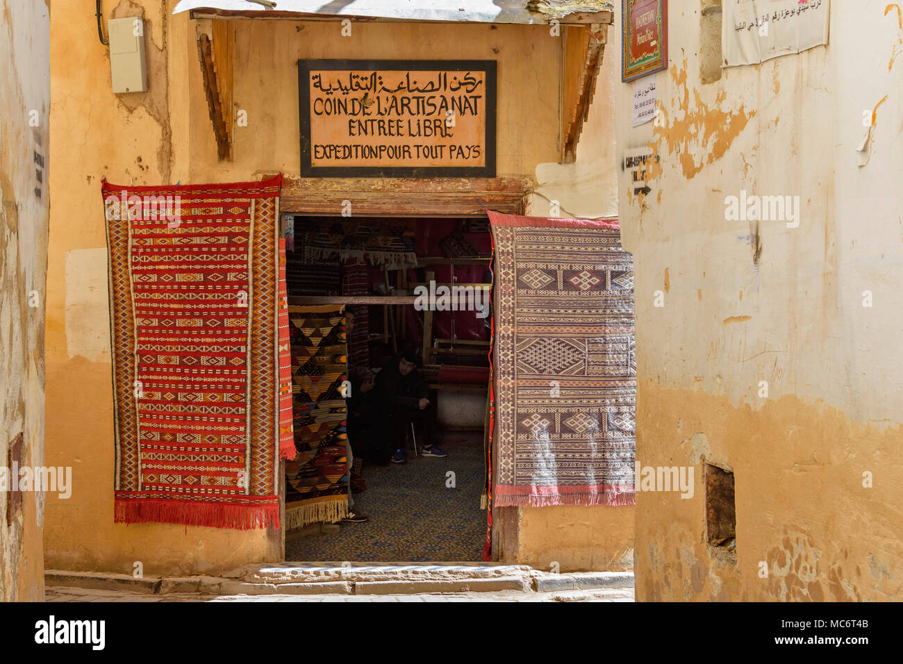 3527547304f75 MOROCCO FES MEDINA SOUK MARKET SHOP WEAVING CARPETS AND KILIMS FOR SALE -  Stock Image