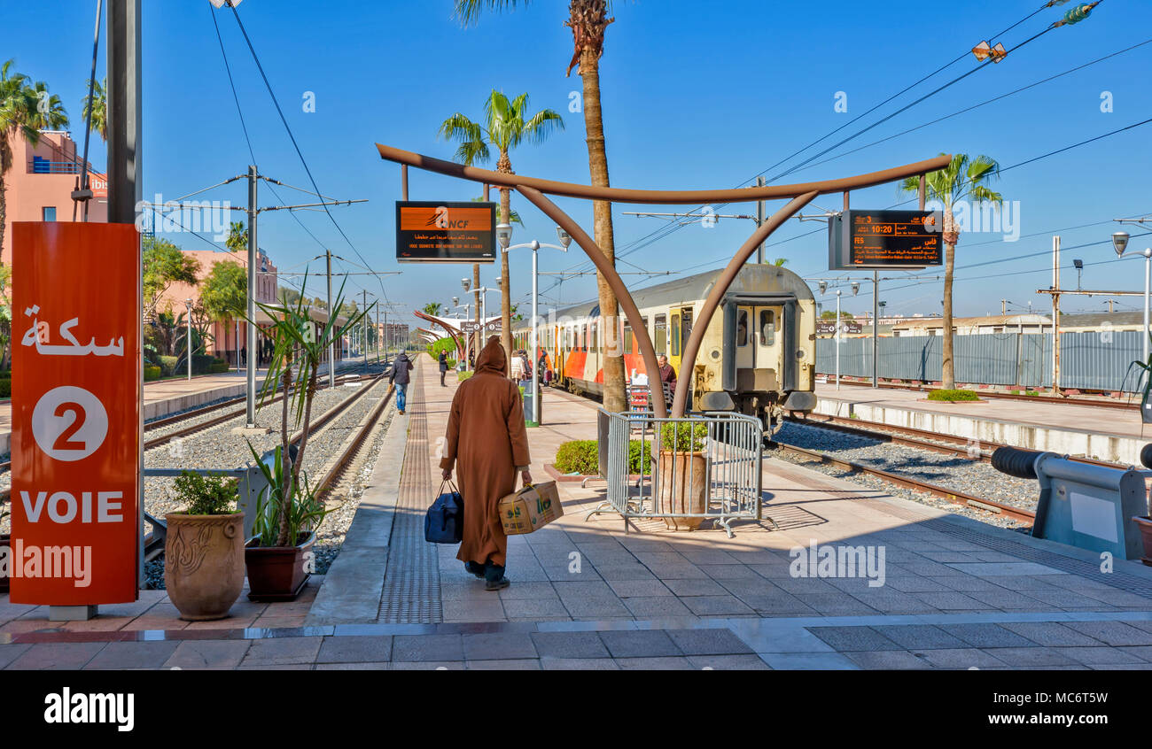 MOROCCO MARRAKECH RAILWAY STATION A TRAIN WAITING AT PLATFORM WITH PASSENGERS EMBARKING - Stock Image