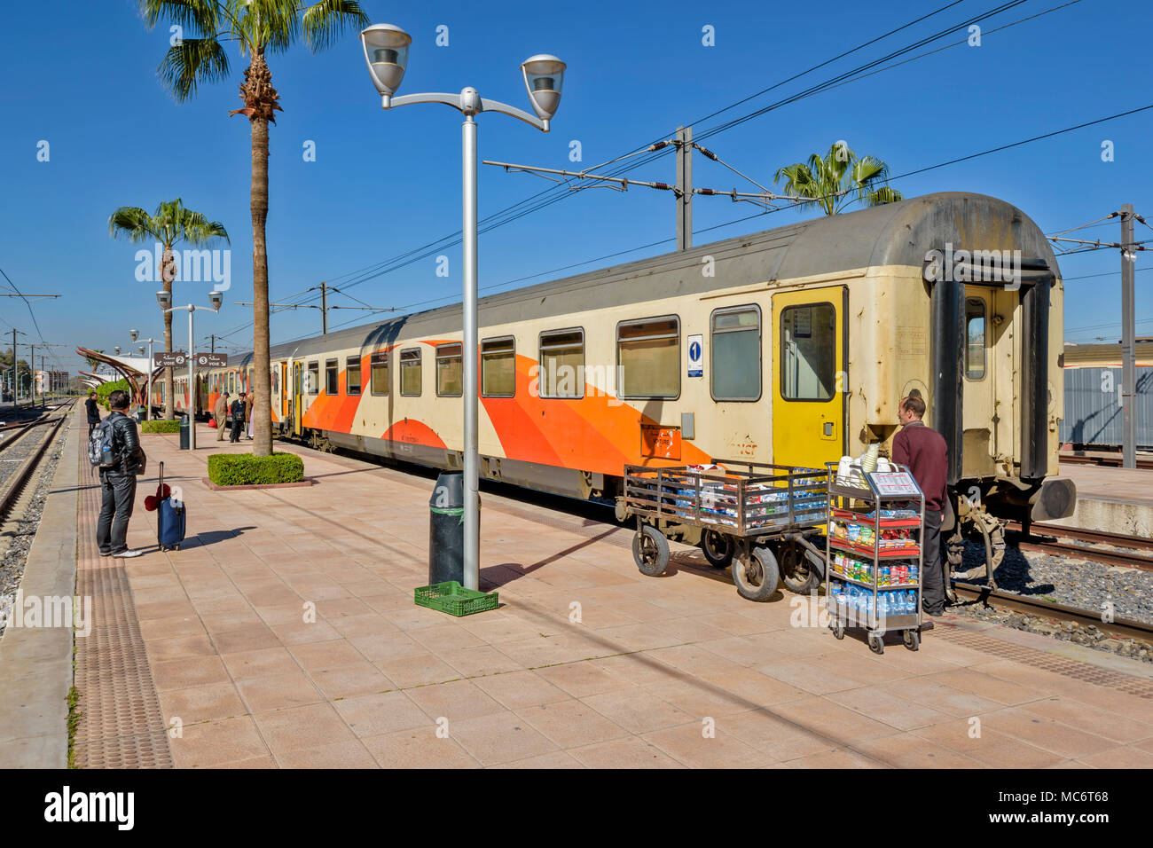 MOROCCO MARRAKECH RAILWAY STATION TRAIN WAITING AT PLATFORM WITH FIRST CLASS CARRIAGE LOADED WITH REFRESHMENTS - Stock Image