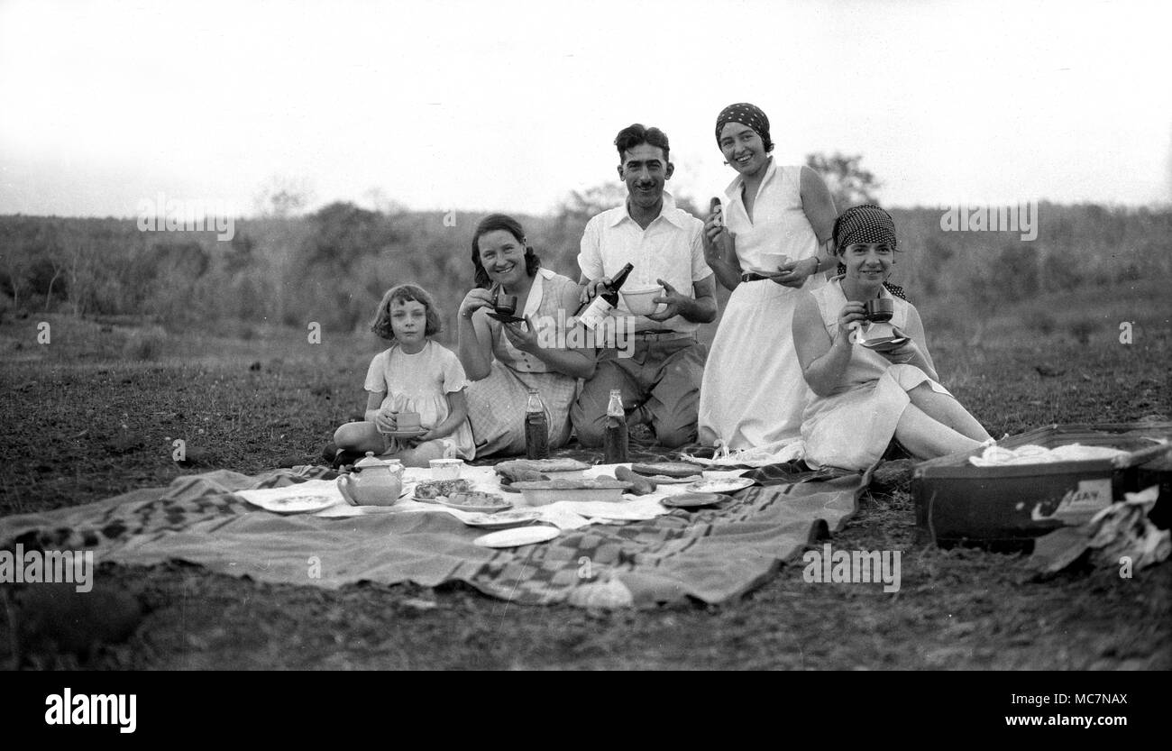 Nagpur, India, 1932 British colonialists sharing a picnic in the countryside during the days of the British Empire. - Stock Image
