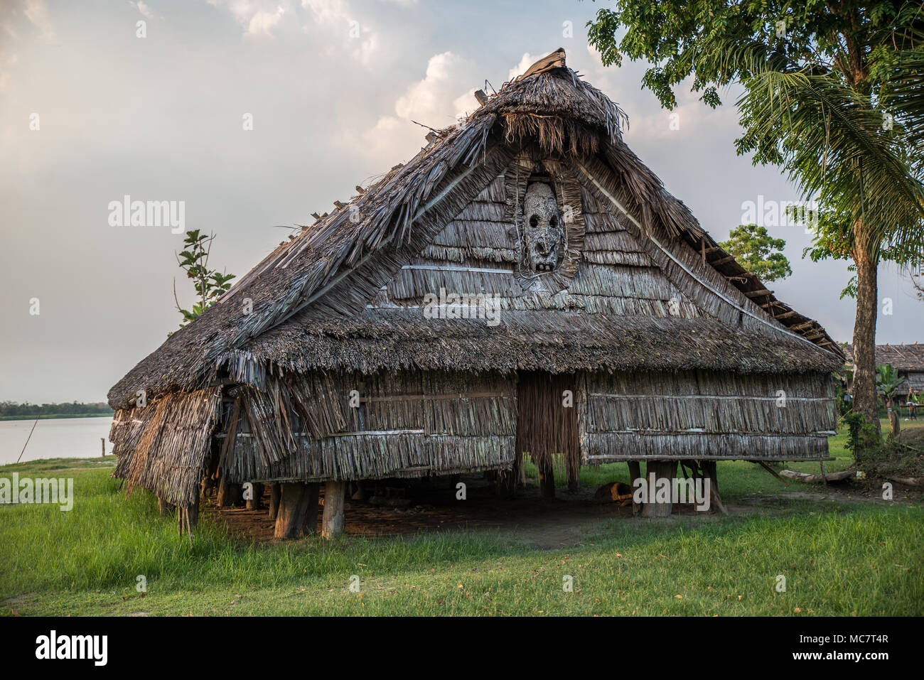 Haus Tambaran (men's or spirits house) decorated with a wood carved mask, Kaminibit village, East Sepik Province, Papua New Guinea Stock Photo