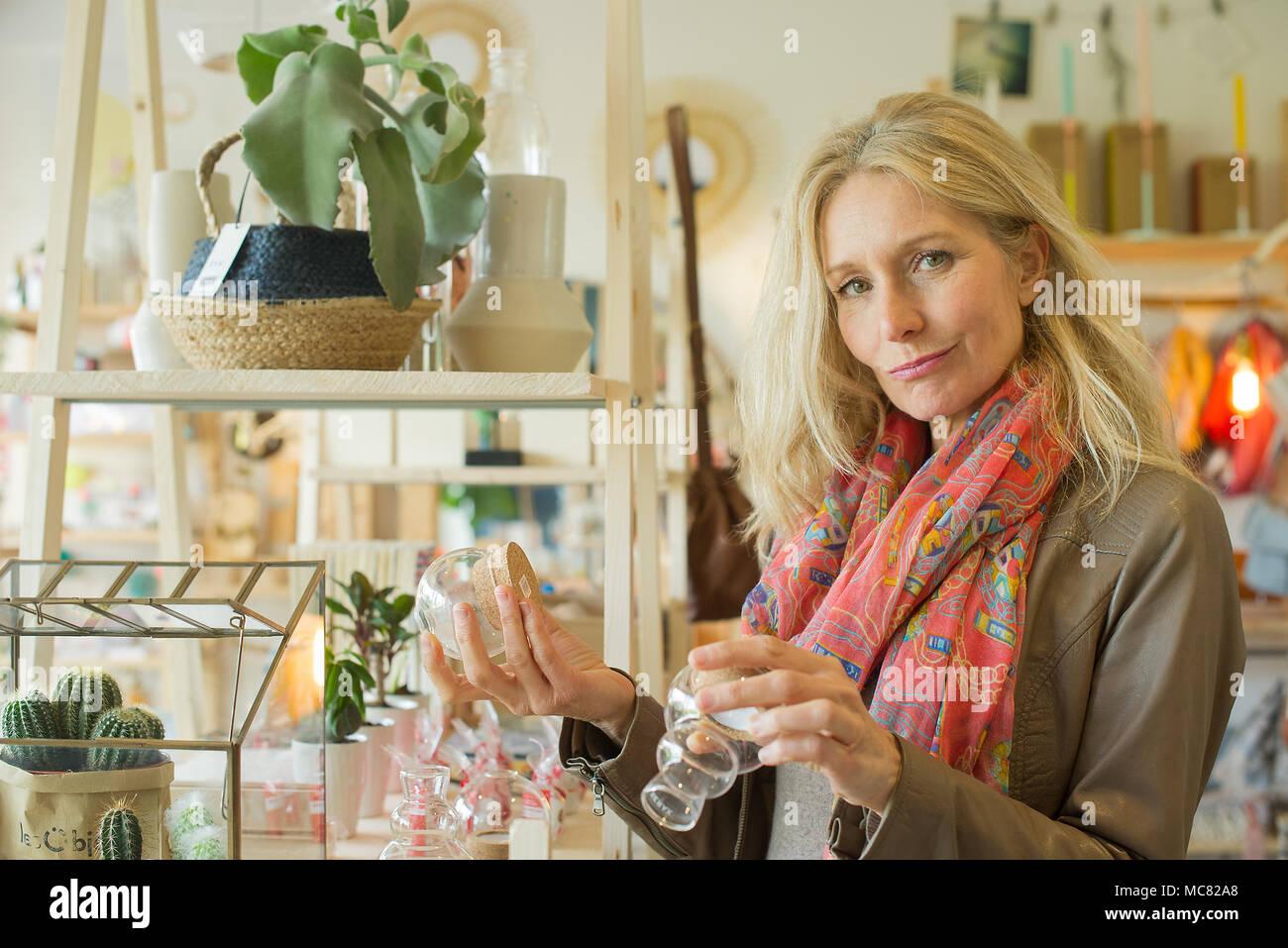 Mature woman shopping, portrait - Stock Image