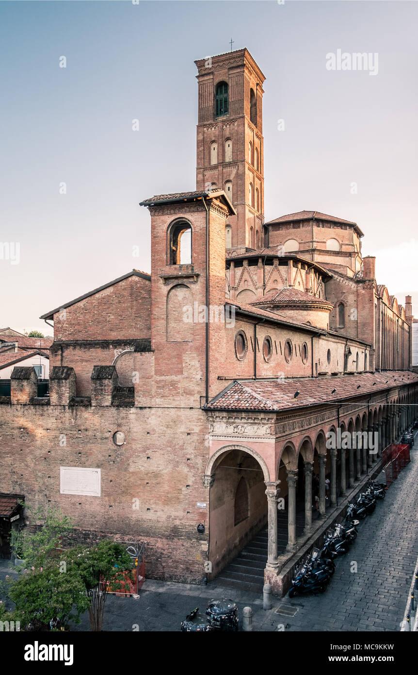 https://c8.alamy.com/comp/MC9KKW/rear-view-of-the-monumental-complex-of-san-giacomo-maggiore-bologna-emilia-romagna-italy-MC9KKW.jpg