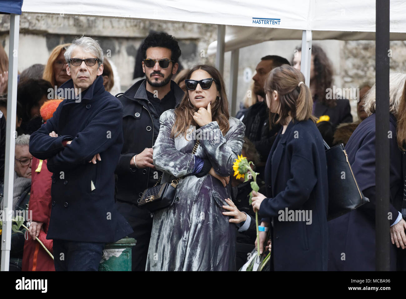 Paris, France. 12th Apr, 2018. Izia Higelin and his companion at the Jacques Higelin funeral at Père Lachaise cemetery on April 12, 2018 in Paris - Stock Image