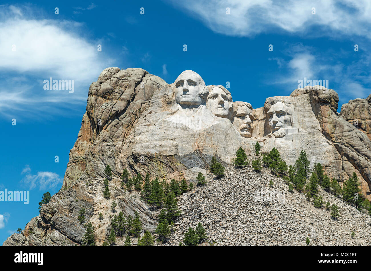 Complete wide angle view of Mount Rushmore national monument with the surrounding forest and nature near Rapid City in South Dakota, USA. - Stock Image