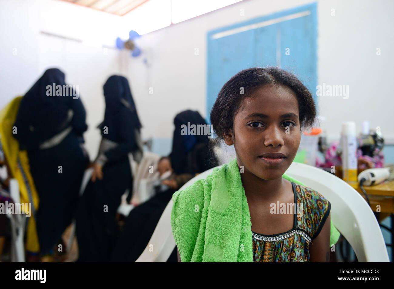 DJIBOUTI , Obock, refugee camp Markazi for yemeni war refugees, NGO hairdressing traing class for women and girls / DSCHIBUTI, Obock, Fluechtlingslager Markazi fuer jemenitische Fluechtlinge, Naeh-, Friseur-und Kosmetik Klasse einer NGO - Stock Image