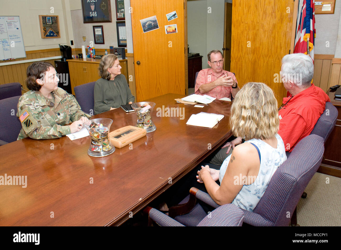FORT SHAFTER — Lt. Col. Dawn Fick (left), chief of Human Resources Policy Division, Office of the Assistant Chief of Staff, G-1, U.S. Army-Pacific, Helen Gibson Ahn (green), a well-being specialist with USARPAC G-1, Pat Rice (in back), the deputy G1 for USARPAC, Ret. Col. Walter M. Herd, Army Transition Division director at the Human Resources Command Center of Excellence, and Sabrina Newman, Transition Services Specialist, Military Personnel Division (DHR) U.S. Army Garrison-Hawaii, discuss SFL-TAP at Fort Shafter, Feb. 2. Herd came to Hawaii, Feb. 1 and 2, visiting local SFL-TAP centers at S - Stock Image