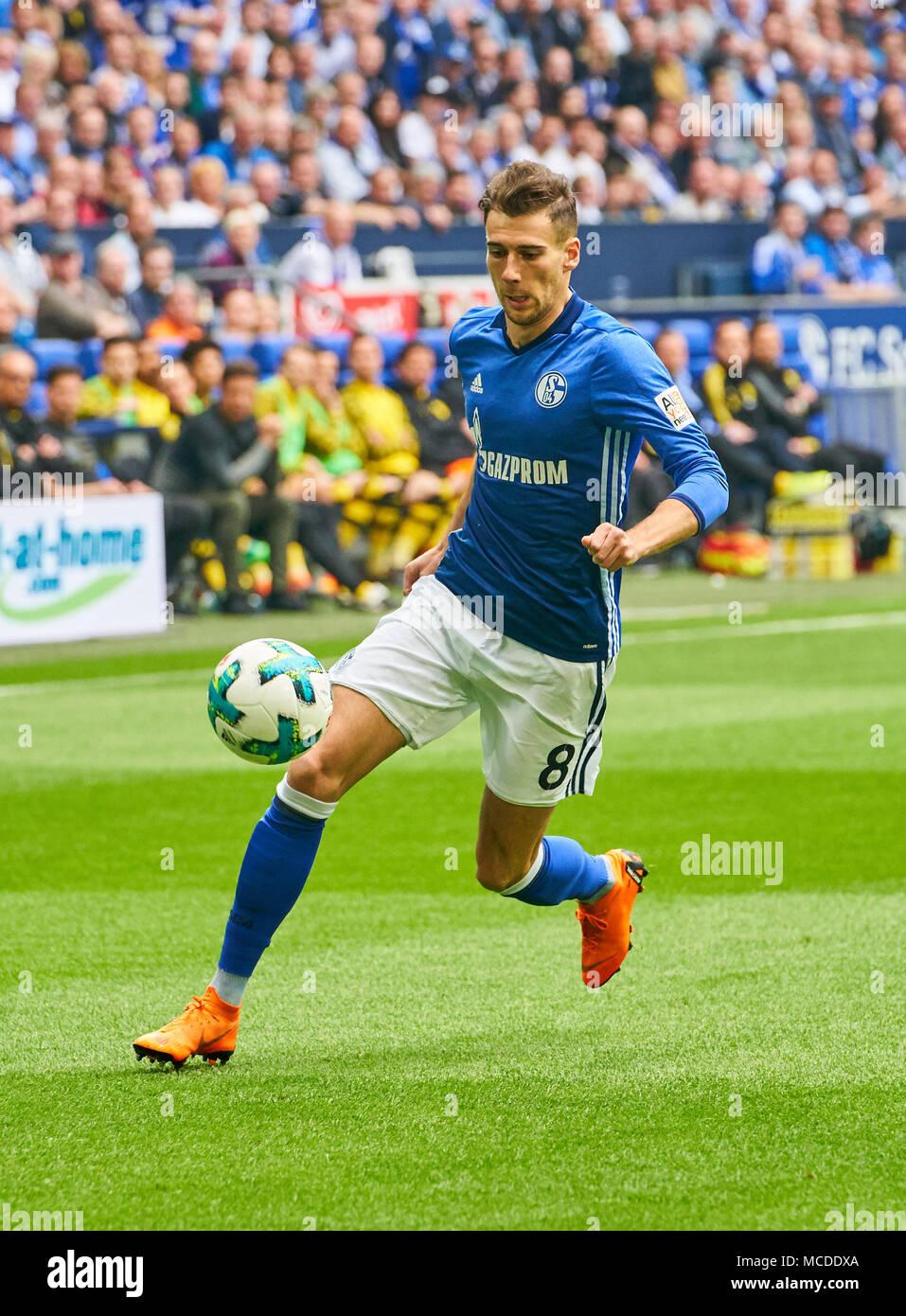 Gelsenkirchen, Germany. 15th April 2018. FC Schalke-BVB Soccer, Gelsenkirchen, April 15, 2018 Leon GORETZKA, S04 8  drives the ball, action, full-size,    FC SCHALKE 04 -  BORUSSIA DORTMUND 2-0 1.Division, German Football League, Gelsenkirchen, April 15, 2018,  Season 2017/2018 © Peter Schatz / Alamy Live News - Stock Image