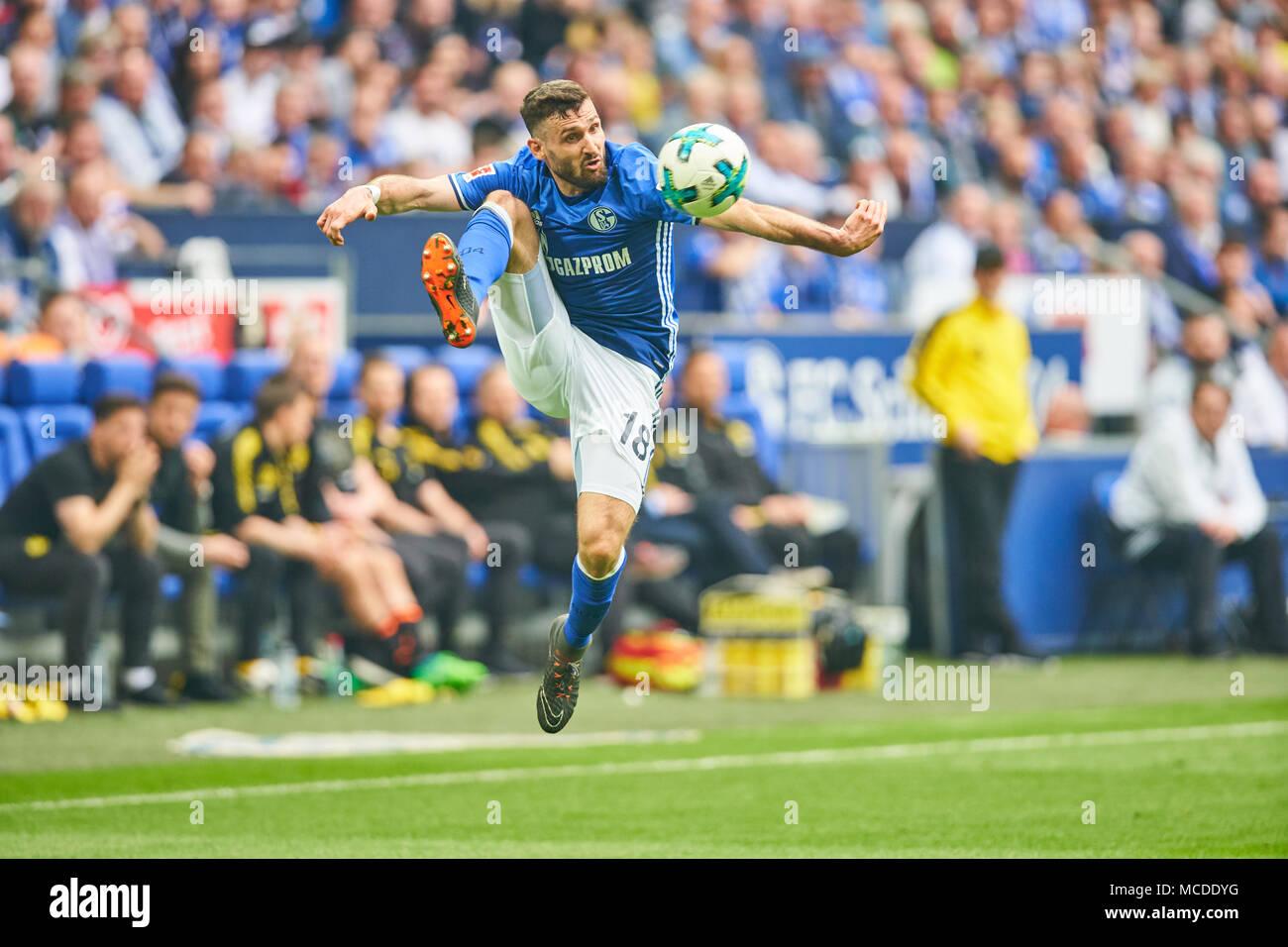 Gelsenkirchen, Germany. 15th April 2018. FC Schalke-BVB Soccer, Gelsenkirchen, April 15, 2018 Daniel CALIGIURI, S04 Nr. 18  drives the ball, action, full-size,    FC SCHALKE 04 -  BORUSSIA DORTMUND 2-0 1.Division, German Football League, Gelsenkirchen, April 15, 2018,  Season 2017/2018 © Peter Schatz / Alamy Live News - Stock Image