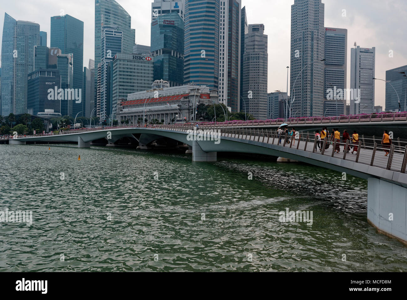 The Jubilee Bridge in Singapore linking the Merlion and the Esplanade in Marina Bay - Stock Image