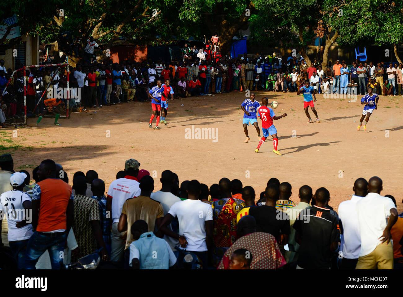 BURKINA FASO, Bobo Dioulasso, young people watch a soccer match / Jugendliche beim Fussballspiel - Stock Image