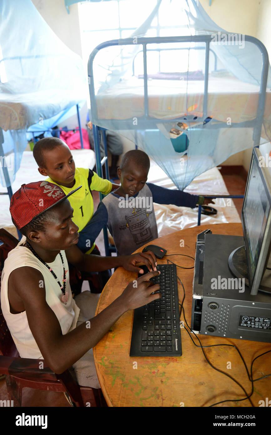 KENYA, Turkana, refugee camp Kakuma IV, JRS Jesuit refugee Service, shelter for children / KENIA, Turkana, Fluechtlingslager Kakuma 4, JRS Jesuit refugee Service, Kinderschutz Zentrum, playing at computer - Stock Image