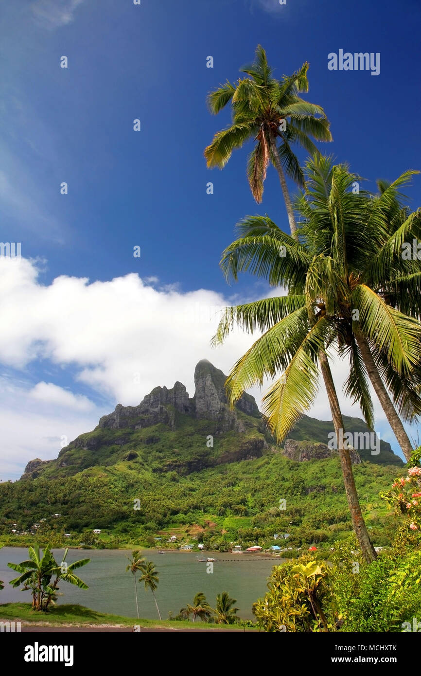 The extinct volcano of Mount Otemnau, with beautiful lush tropical landscape surrnounding it, Bora Bora, French Polynesia. - Stock Image
