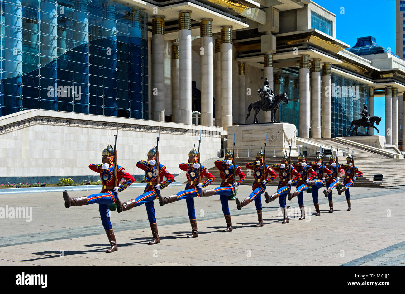 Honorary Guard of the Mongolian Armed Forces in front of the Parliament building on Sukhbaatar Square, Ulan-Bator, Mongolia - Stock Image