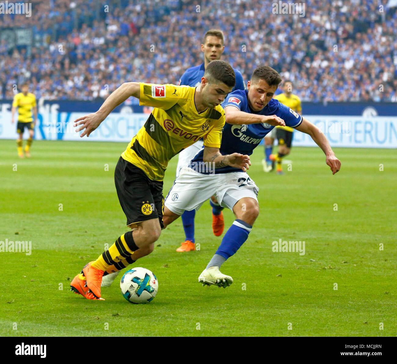 sports, football, Bundesliga, 2017/2018, FC Schalke 04 vs BVB Borussia Dortmund 2:0, Veltins Arena Gelsenkirchen, scene of the match, Christian Pulisic (BVB) left and Alessandro Schoepf (S04), behind Marko Pjaca (S04) - Stock Image