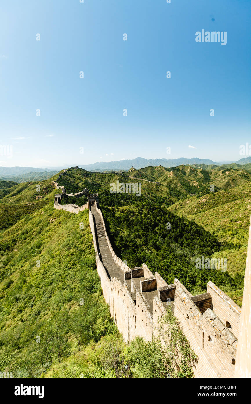 Long view of the Great Wall of China and green countryside - Stock Image
